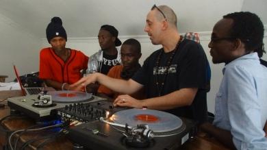 DJ PH avec des participants à ses ateliers DJ