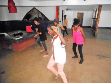 Tina Mweni et des participantes de aux ateliers Danse